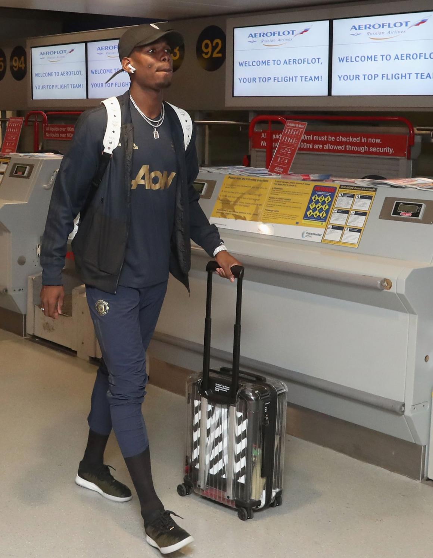 64b5840084 Piccola curiosità, che alimenta ancora di più i sogni dei tifosi: Pogba si  è presentato all'aeroporto di Manchester con un trolley a strisce  bianconere.